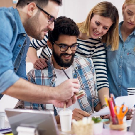 jovenes-grupos-desarrolladores-estan-revisando-nueva-tarea-que-ha-otorgado-estan-contentos-ella_232070-4440